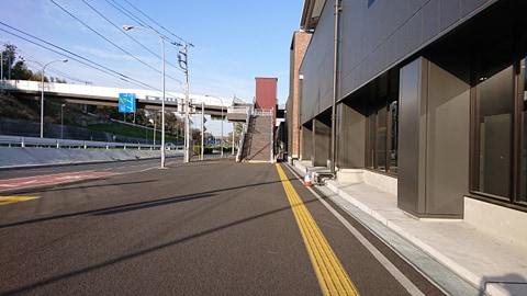 駅を出て右に曲がってください。陸橋に上がる階段が見えます。階段を昇ってください。