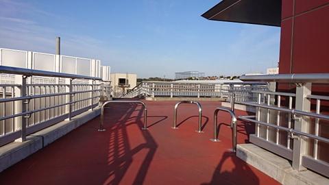 階段を昇り切ったらまた右に、陸橋の上を進みます。