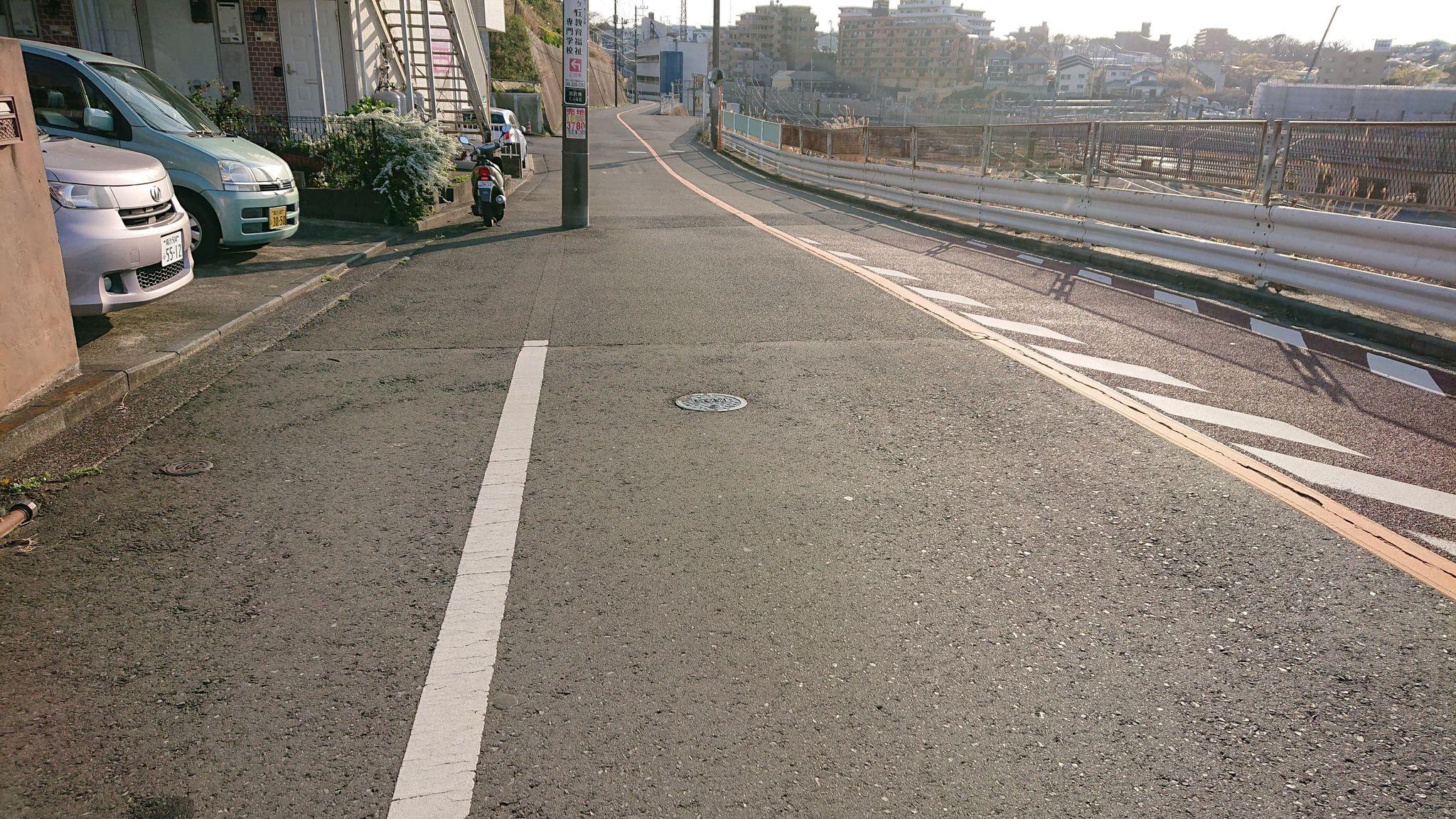 右に曲がって進み、最初の角を左に曲がります。