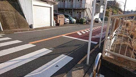 陸橋を渡り切ったら横断歩道があります。ここを右に曲がります。