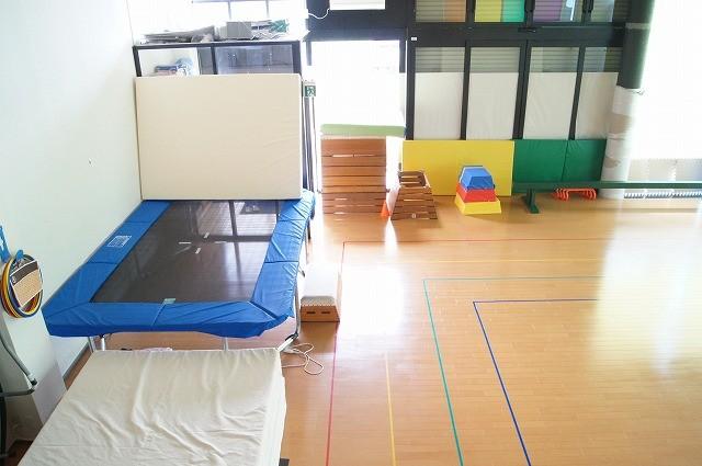 隣接する体操教室のホール。トランポリンが大小4つもあります