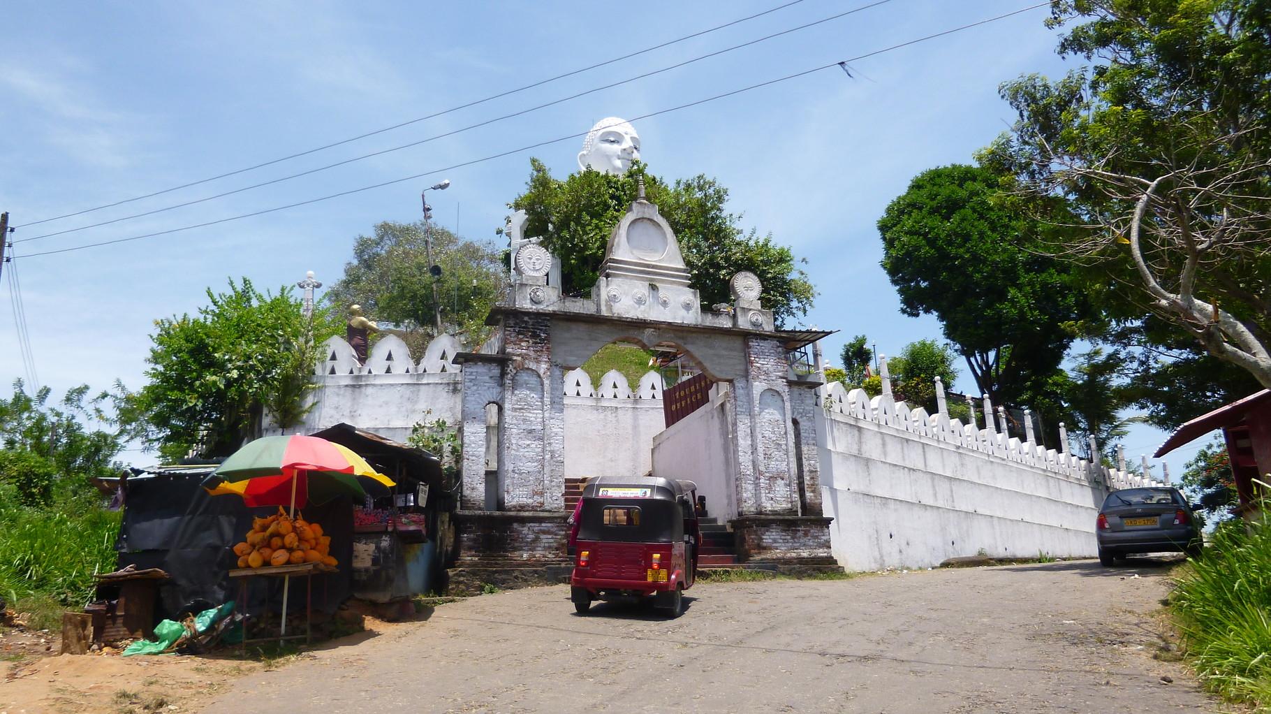 White Buddha auf den Kandy umgebenden Bergen