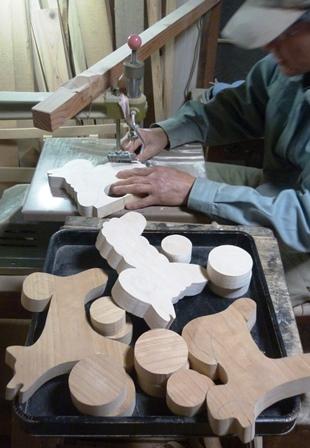 プルトイ製作中 犬・羊・猿を糸のこ盤で切り出し