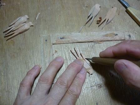 留まるツバメのブローチ手彫り中