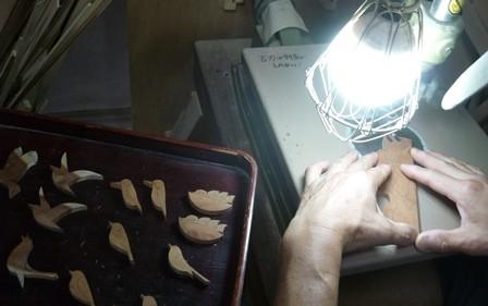 鳥のブローチ 切り抜き作業中