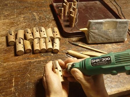 アメリカンチェリーのケヤキのオカリナ製作中 指孔調律