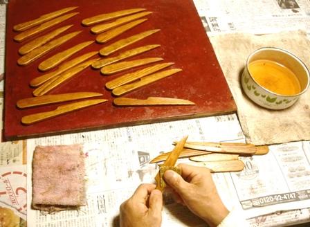 ペーパーナイフの漆塗り重ね前の水研ぎ