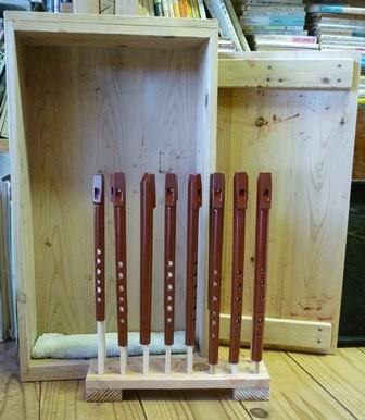 竹製ホイッスル 2回目朱漆塗り乾燥中