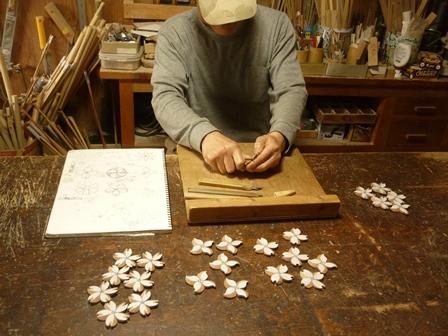 花のブローチ 手彫り