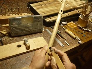 祭笛C管製作中 指孔あけ調律