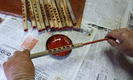 竹製ホイッスルの管内朱漆塗り
