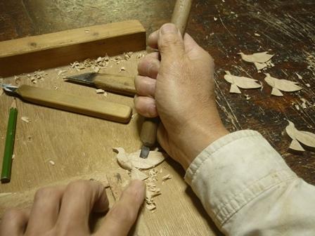 鳩のブローチ手彫り中  Pigeon brooch of  Olive wood