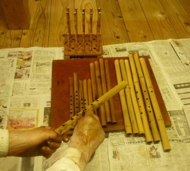 オリジナルケーナ 拭漆塗り作業中