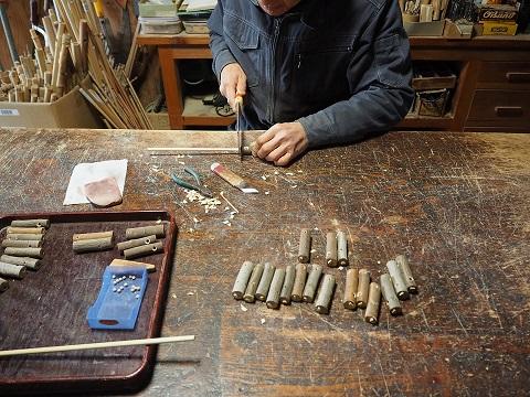 ヒバリ笛製作中~木玉を入れて口栓をとりつける~