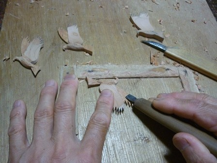 トンビのブローチ手彫り中