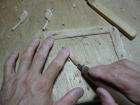 エナガのブローチ手彫り中