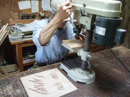 鳥のブローチ製作中 目入れ作業