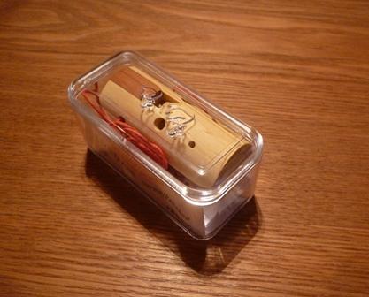 プラスティックケース入りです。
