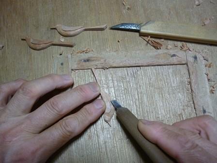 セキレイのブローチ手彫り中