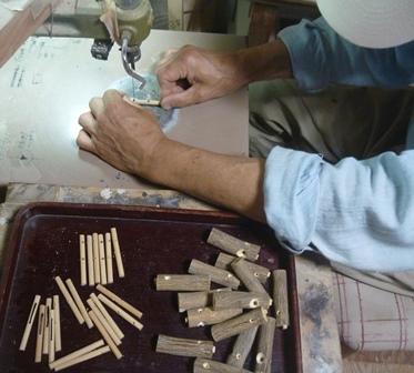 シジュウカラ笛の製作風景