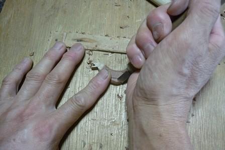 鳥のブローチ カッコウ ナツメ材を手彫り中