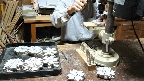 木のポット敷木製作中~花芯部の穴あけ~
