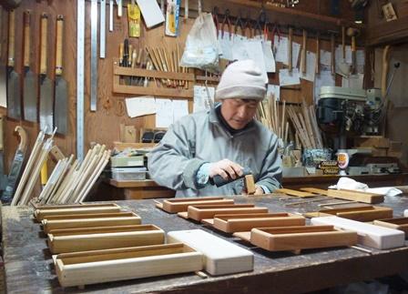 木の筆箱製作中 オイル塗仕上げ