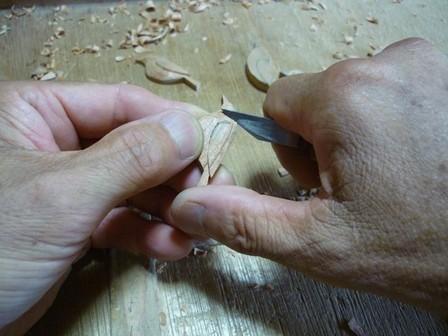 メジロのブローチ手彫り中