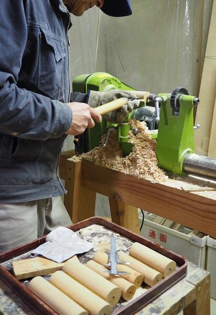 いろいろな木のオカリナ製作中           ~外形仕上げターニング~
