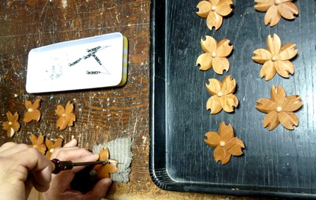 桜の木の花のブローチ 金具取り付け