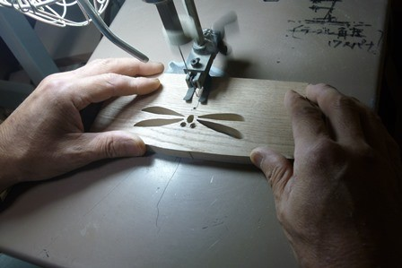 タモ材の子供椅子のトンボ模様切り抜き