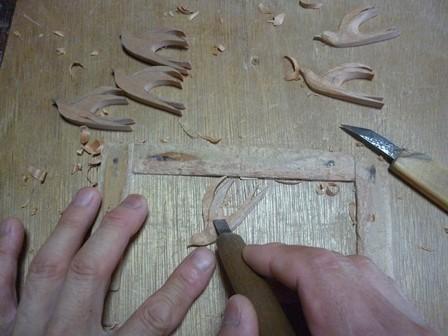 飛翔中のツバメ 手彫り中