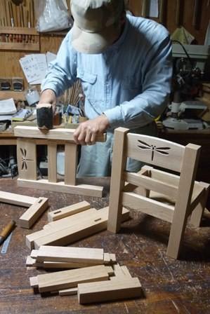 トンボの切り抜き模様なる子供椅子仮組中です。