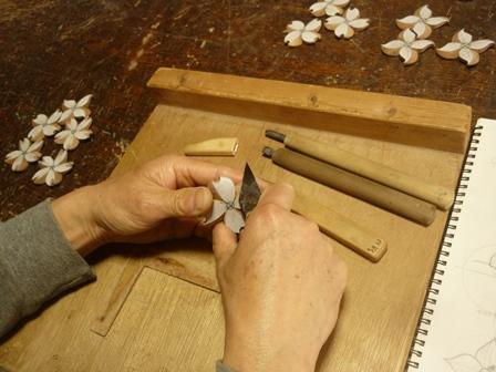 花のブローチ手彫り