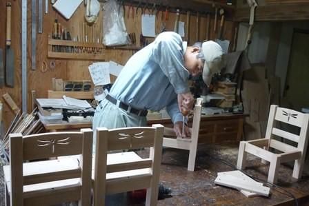 トンボの切り抜き模様のある子供椅子座板取付中