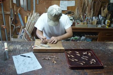 鳥のブローチ手彫り作業