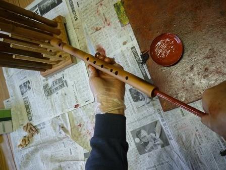 オリジナル横笛 管内赤漆塗り作業中
