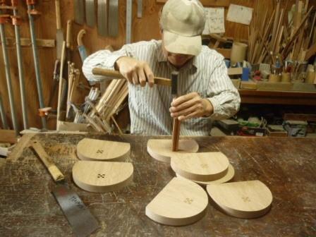 背板に木象嵌を打ちこんでいます。