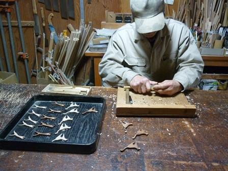 ネコのブローチ手彫り中
