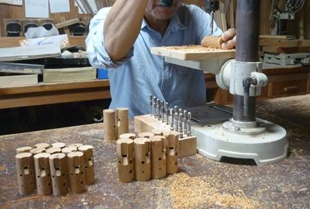 ケヤキの木のオカリナ製作中~指穴あけ~