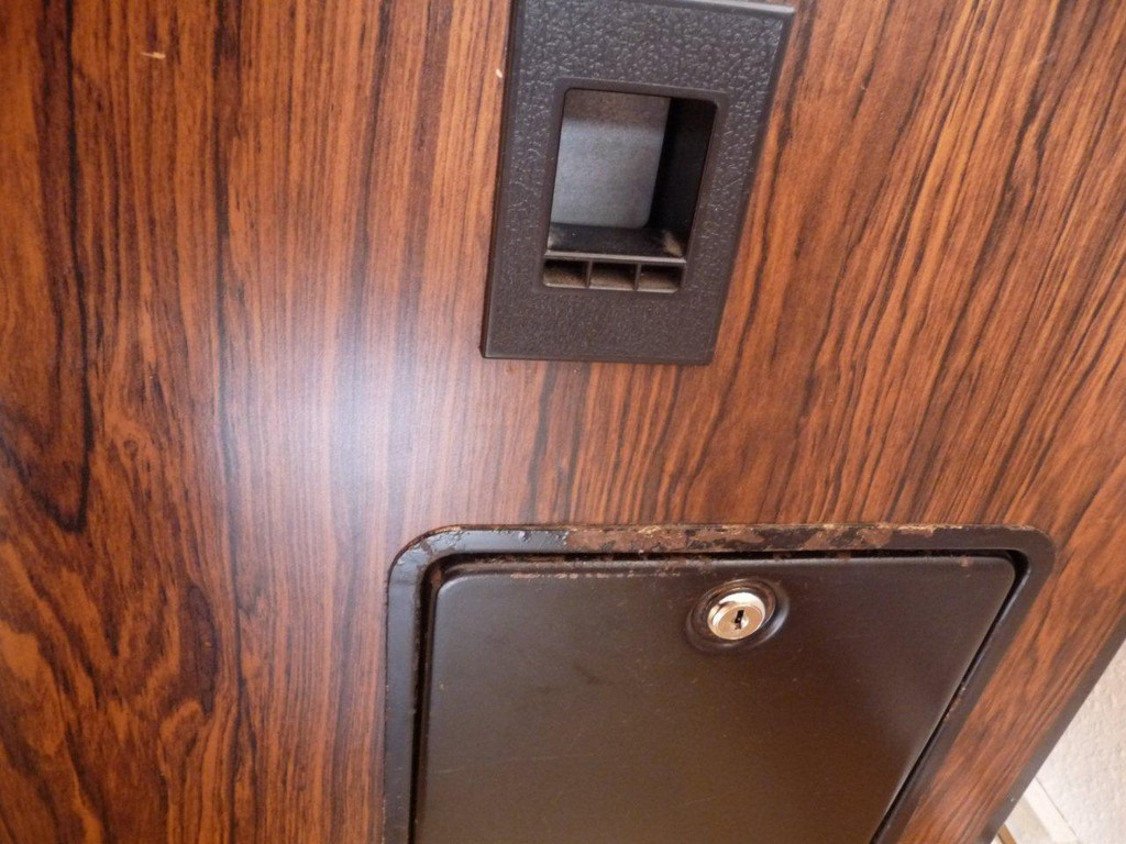 Münzauswurf und Kassenklappe, es wurde ein neues Schloß eingebaut !