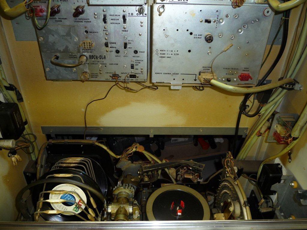 Über der Mechanik links der Verstärker und rechts die Krediteinheit