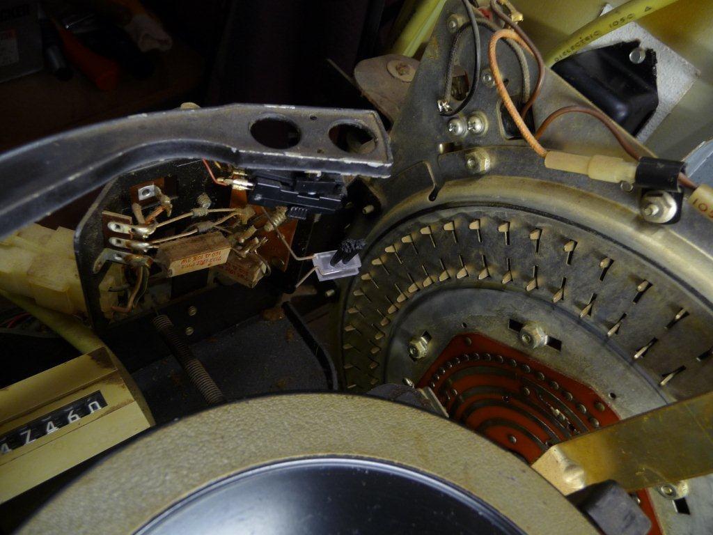 Tonarm und rechts der Einlesemechanismus, davor der Plattenteller