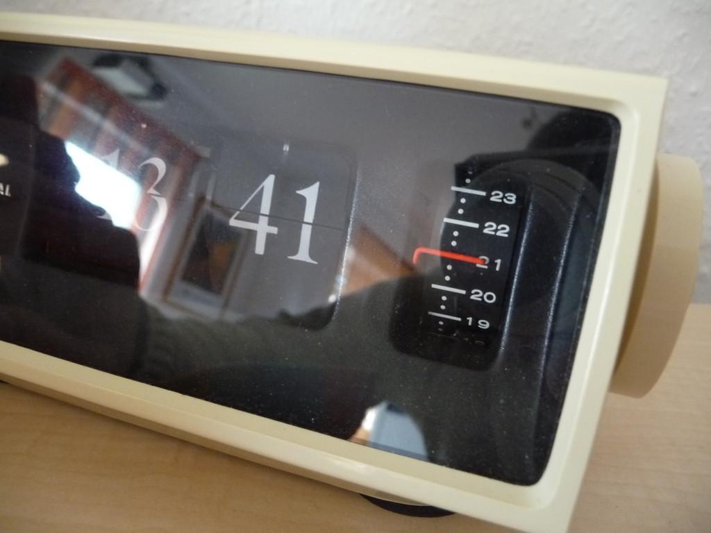 abgesehen davon das ich die Glimmlampe ersetzt habe läuft die Uhr :-)