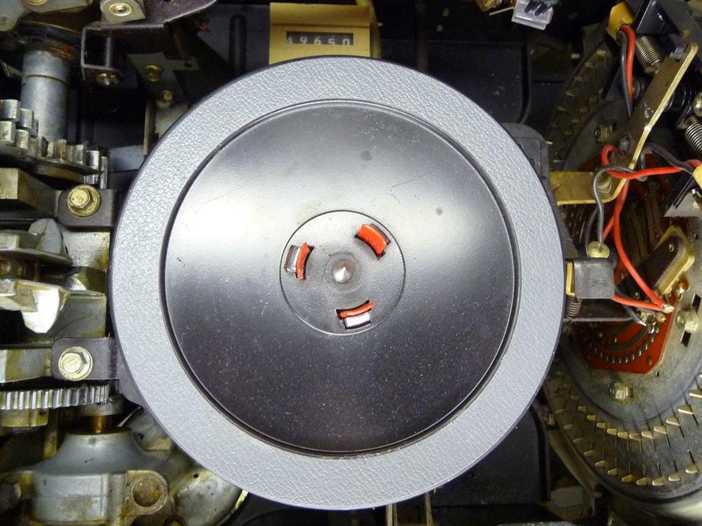 Plattenteller mit dem zugekauften Plattenauflagering aus beschicht. Papier.