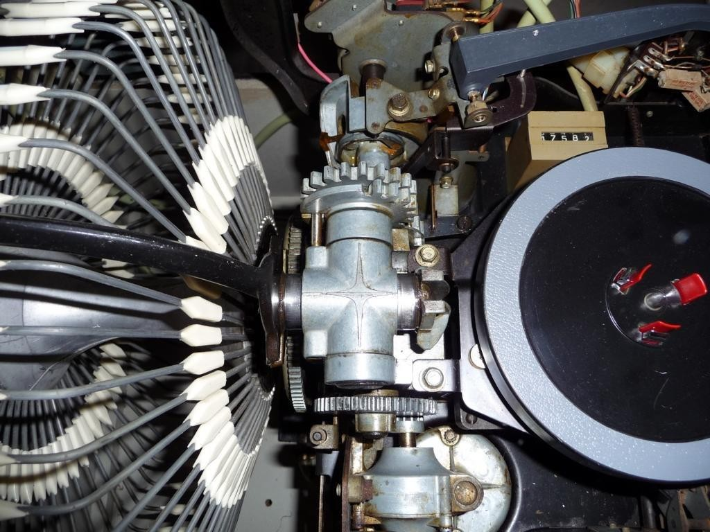 Gereingte Stellen, hier der Plattenkorb, Motor und Plattenteller....
