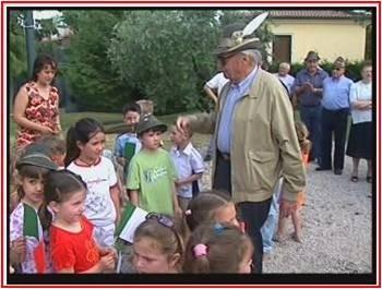 Il Generale Donati con bambini della scuola elementare di Calmasino