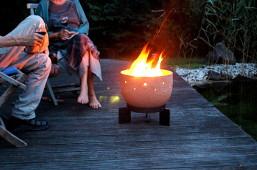 Die Keramik Feuerschale für eine stimmungsvolle wohligwarme abendliche Atmosphäre