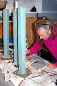 Töpferkurs Teilnehmerin beim Aufbau einer dreiteiligen Stele