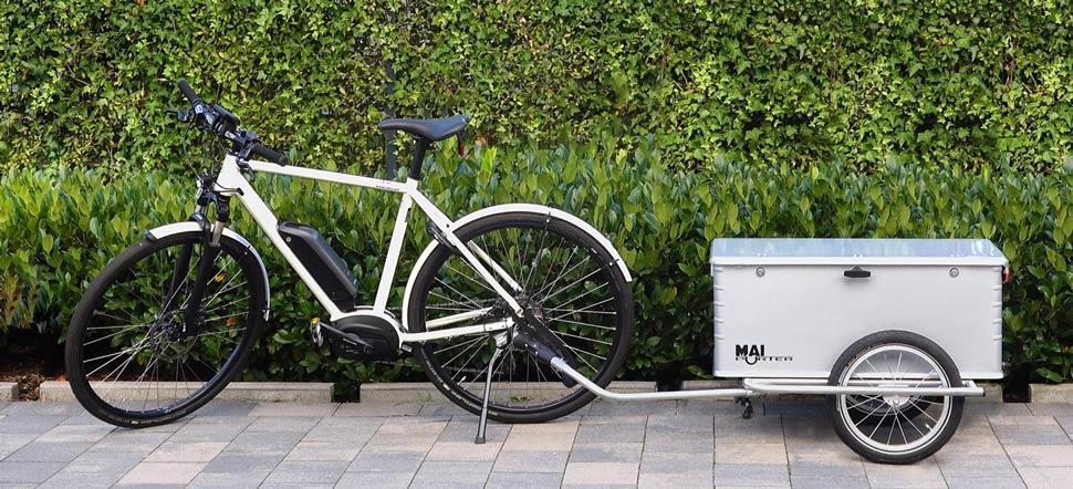 Fahrradanhänger mit abschließbarer Alubox Maiporter ZX130 geparkt